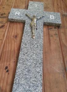 cruz-cementerio-marmol-grabada-cristo-bronce